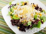 Зелена салата с царевица, варени яйца и сос Хиляда острова от майонеза, кетчуп, горчица и Уорчестър